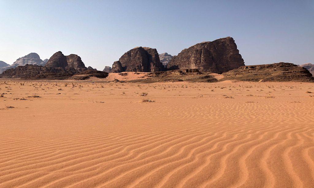 De oneindige zandvlaktes van de Wadi Rum woestijn