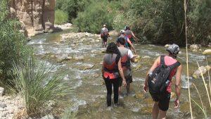 Jordanië, wandelen door het water in een wadi