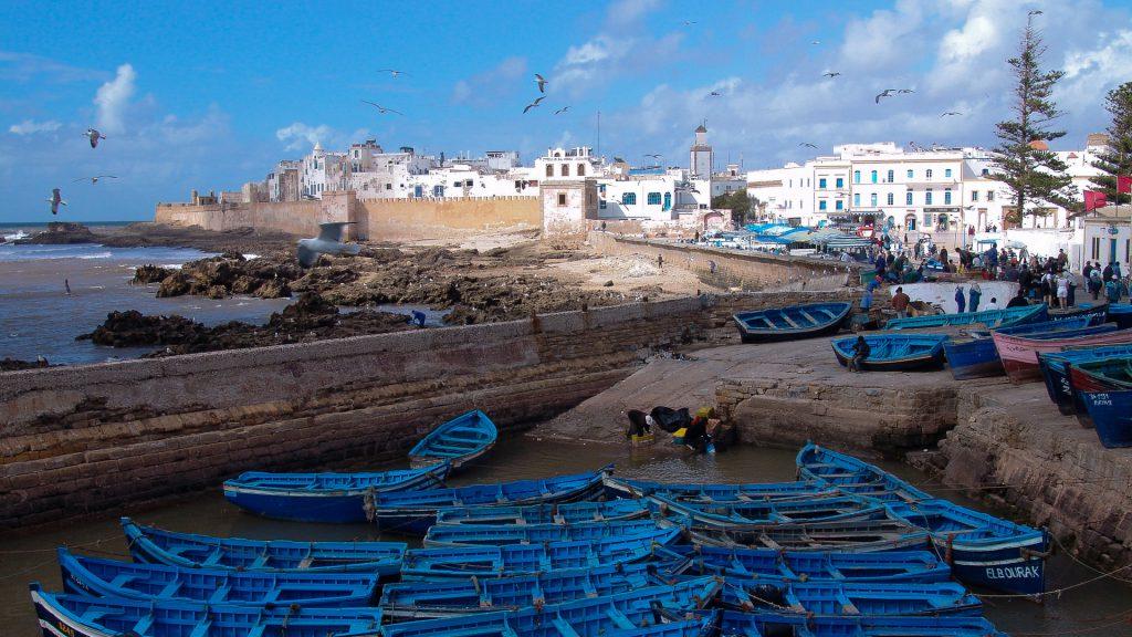 De herkenbare blauwe vissersboten in de haven van Essaouira