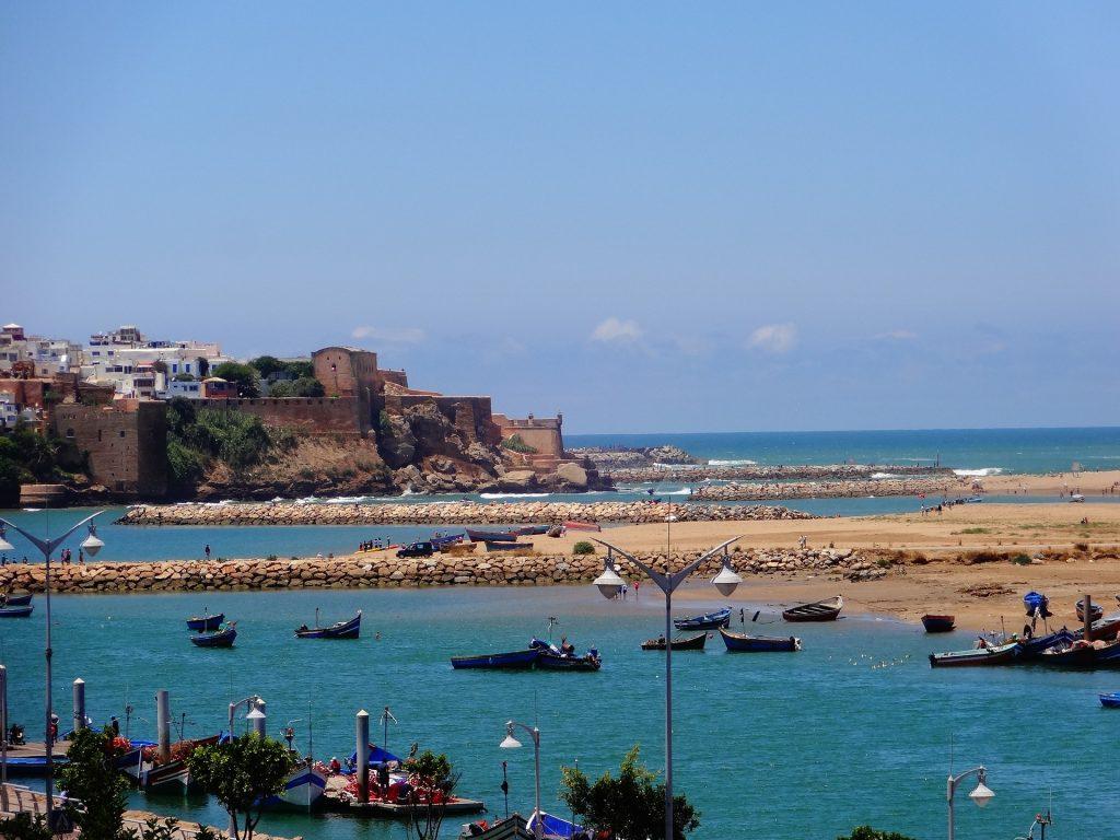 De vissersbootjes in Rabat voor de oude medina