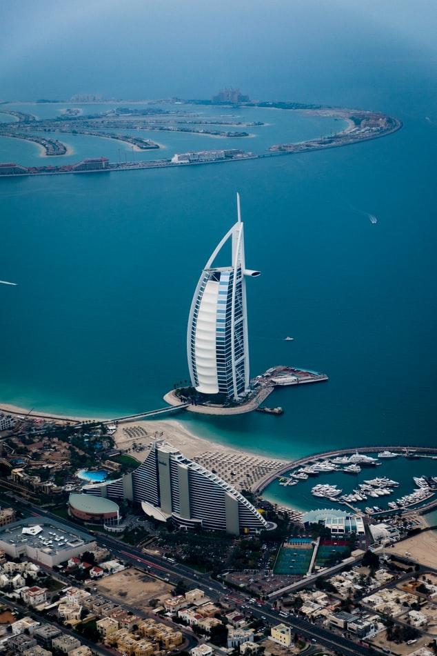 Het Burj Al Arab hotel, met op de achtergrond Palm Jumeirah