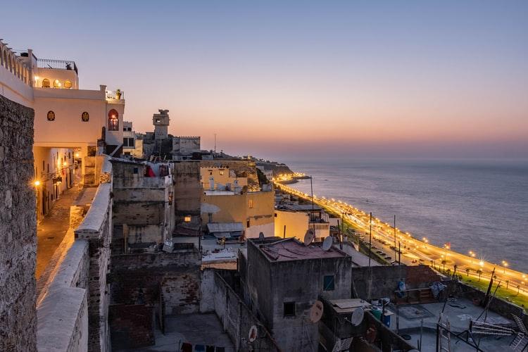 Verlichtte kust van Tanger
